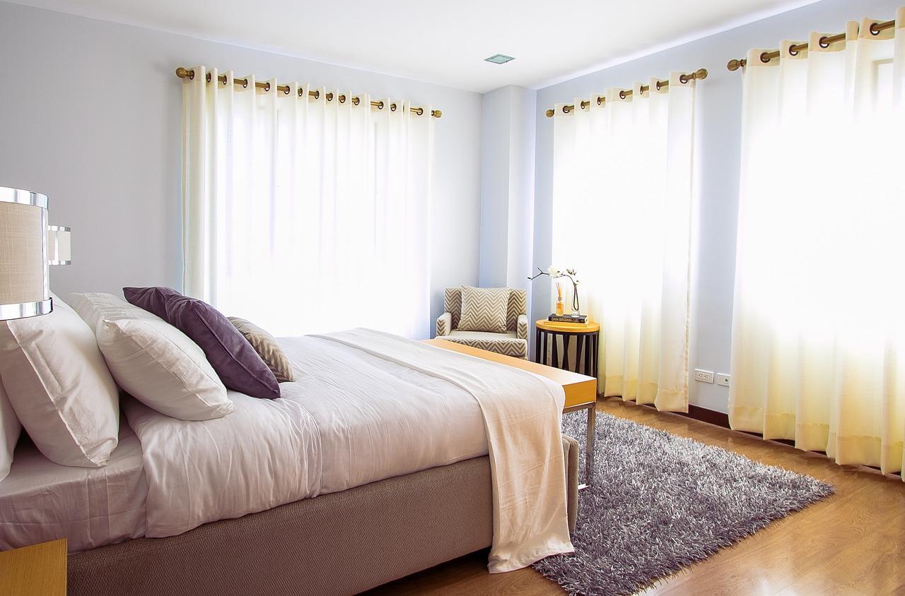 Sypialnia ze stylem – białe łóżko podwójne do sypialni