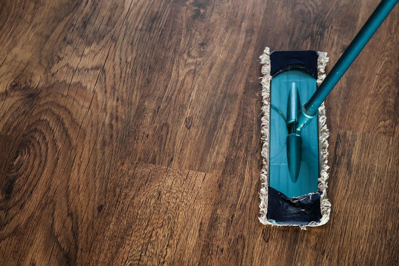 Podłoga po malowaniu staje się wyzwaniem. Czym myć podłogę po malowaniu?